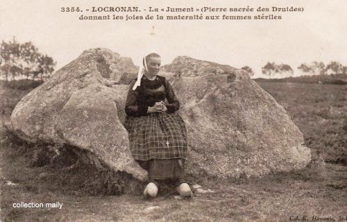 1354358991-cpa-bretonne-assise-2